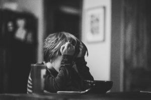 人疲れに悩む人のイメージ