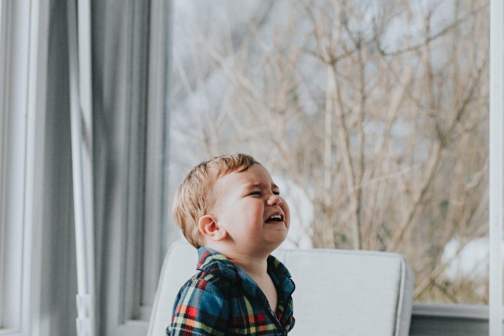 泣く子供の画像