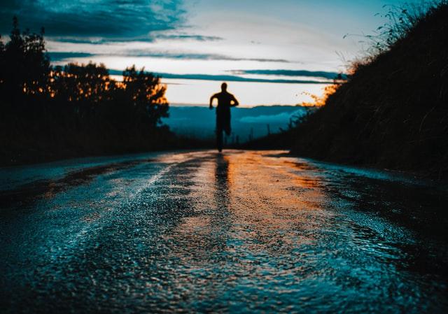 走る人の画像