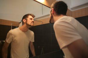 鏡を見る人のイメージ