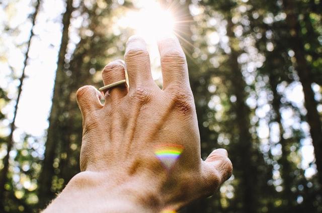 光に手を伸ばす人のイメージ画像