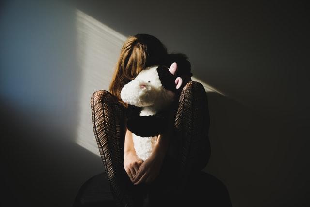 落ち込んでいる女性のイメージ画像