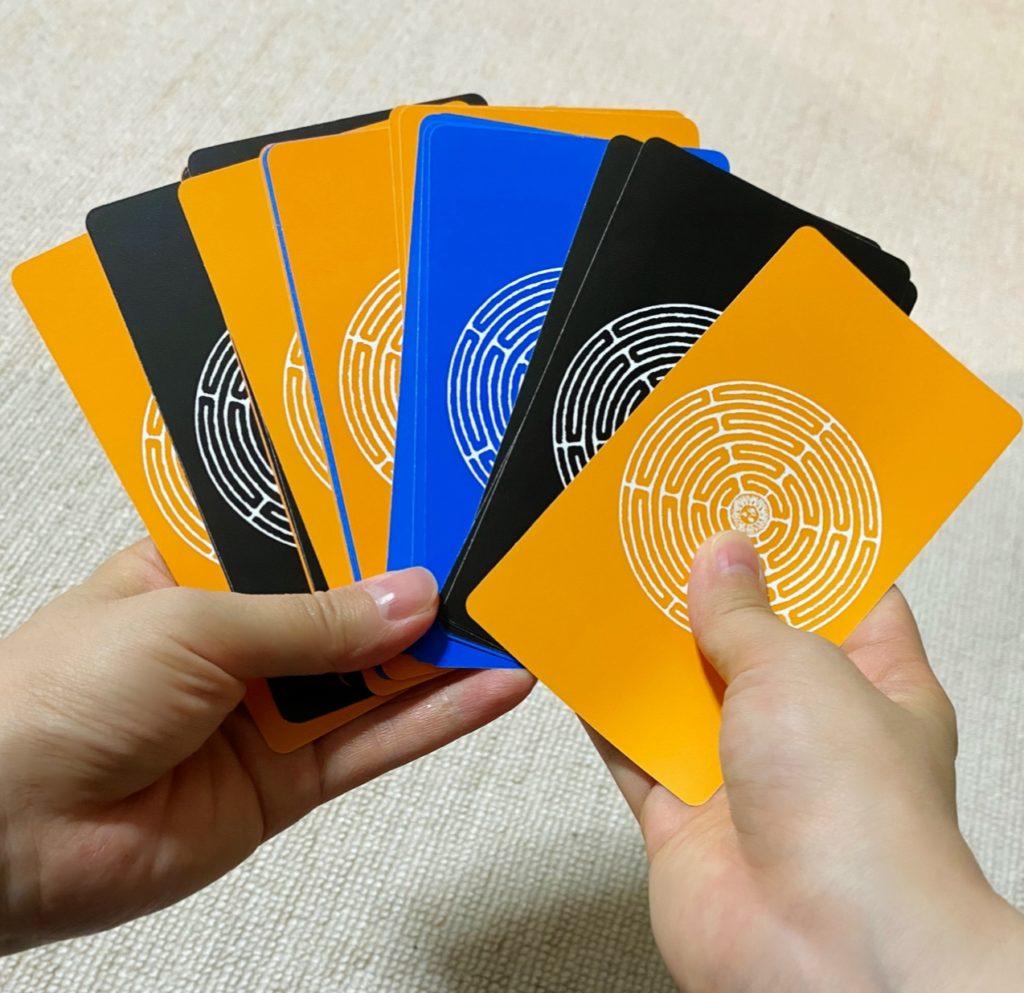 ネガティブなカードの束の画像
