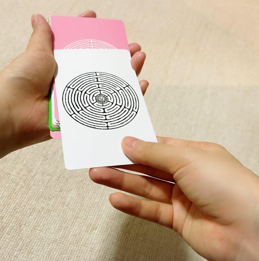 ポジティブなカードから一枚引く画像