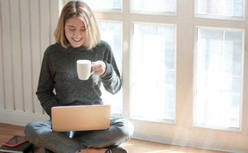 オンラインカウンセリングを受ける女性