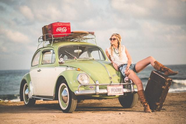 旅行を楽しむ女性イメージ