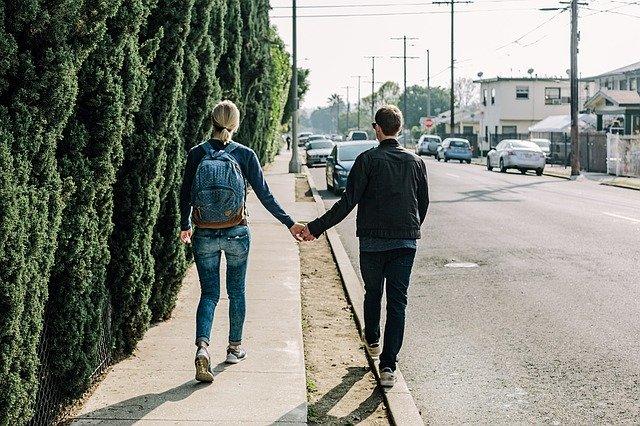 寄り添って歩くカップルイメージ
