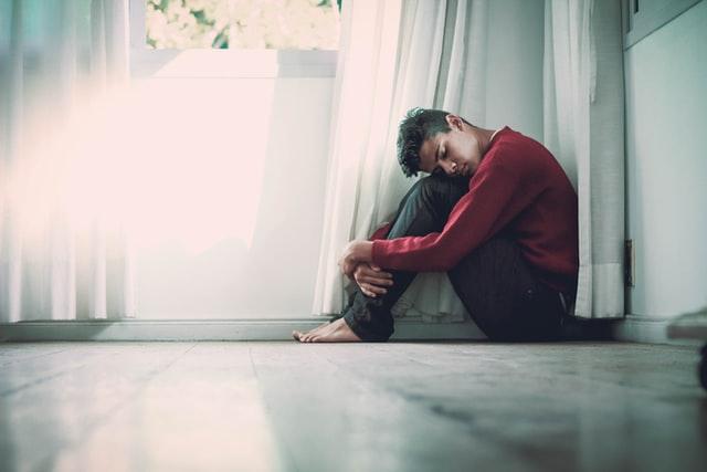 落ち込む男性イメージ画像