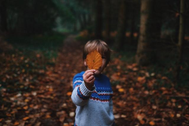 隠れる子供のイメージ