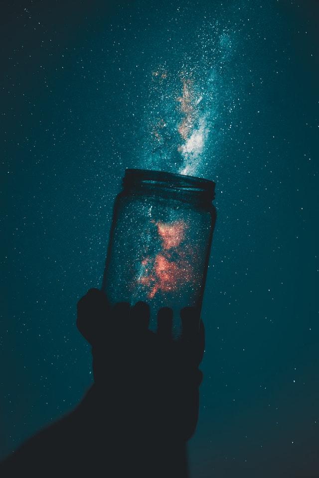 光をつかむ人のイメージ