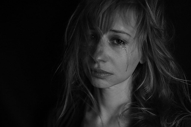 悩み女性のイメージ