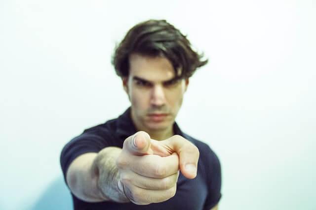 他者を指をさす男性のイメージ