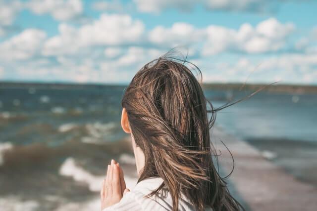 風を浴びる女性