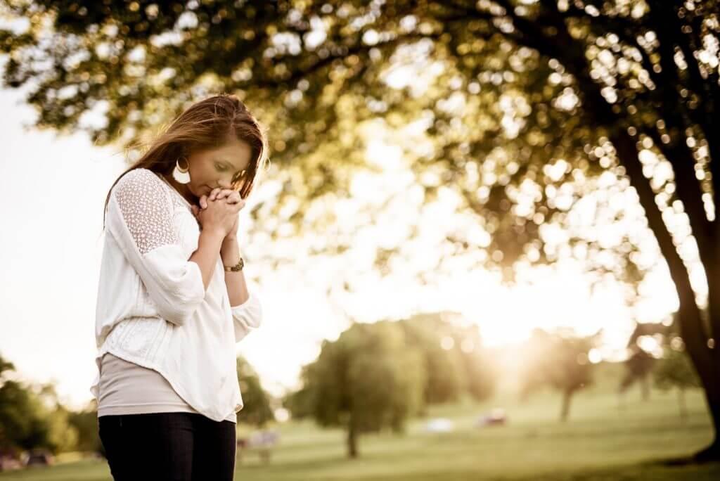 祈る女性のイメージ