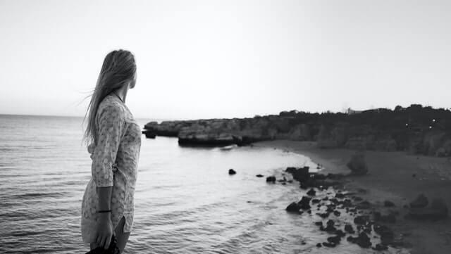 後悔する女性のイメージ画像