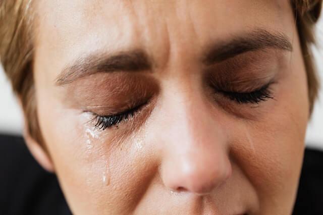泣く女性のイメージ