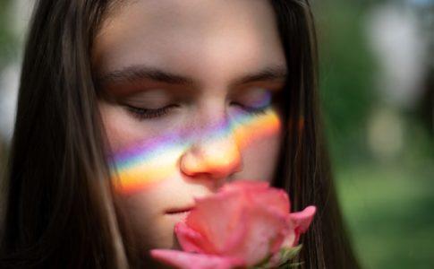 花の匂いを嗅ぐHSPの女性イメージ