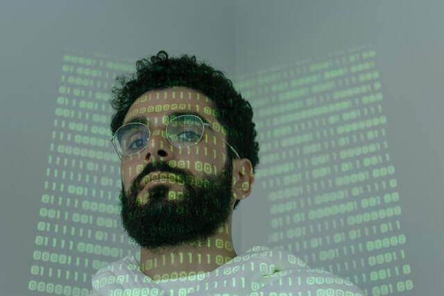 暗黙知を持ったクリエイティブクラスの男性イメージ