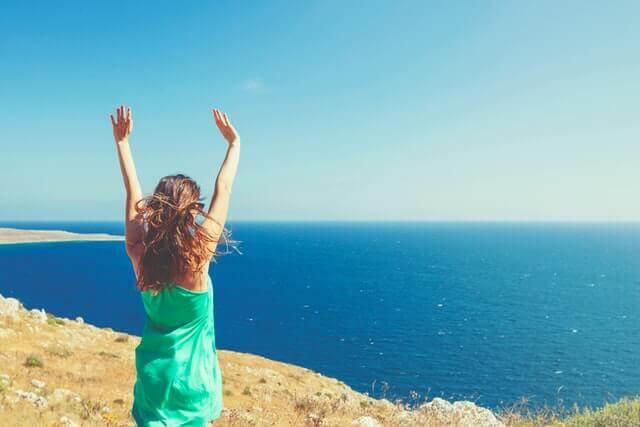 自分軸で生きることで人生を輝かせた女性のイメージ