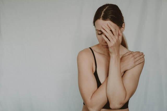 生きづらさを感じる他人軸の女性のイメージ