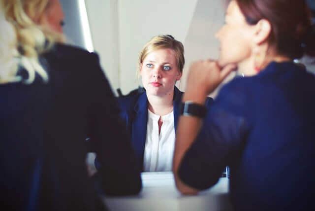 就職活動を行う女性イメージ
