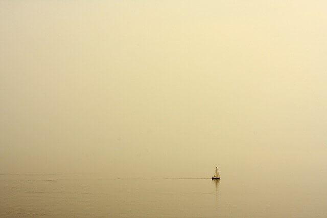 海に出た小さな船のイメージ